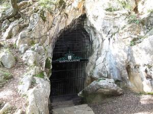 Entrada a la cueva de Santimamiñe (ilustración de Wikipedia)